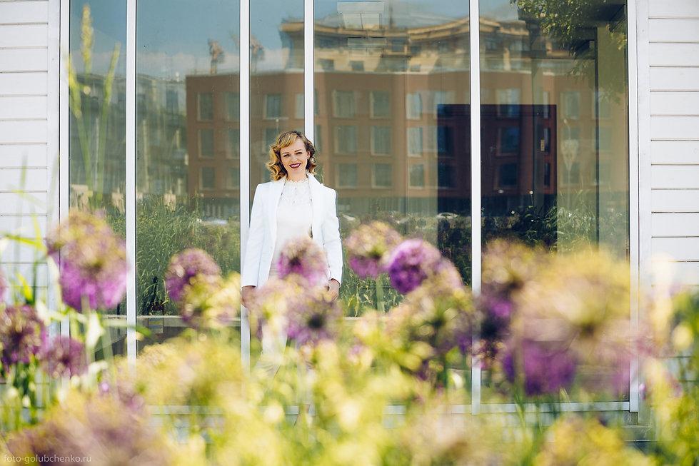 Дом в отражении витража наполняет изображение динамикой, сочный краски фасада здания хорошо гармонирует с цветами на первом плане.