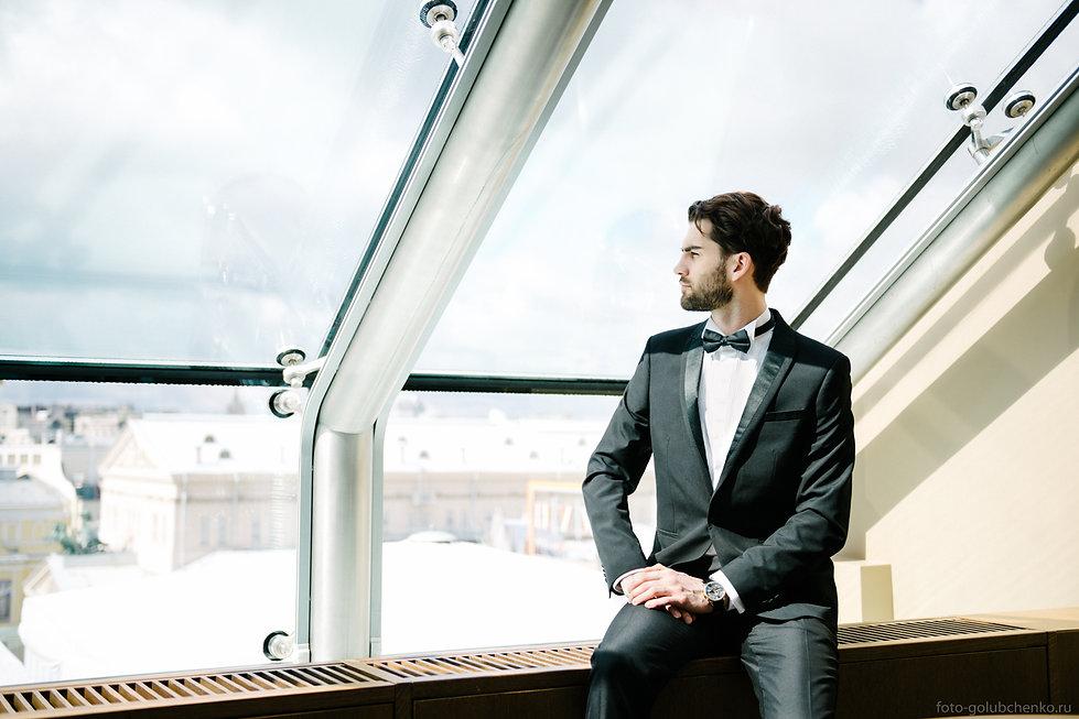 Элегантный молодой человек у окна.