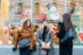 Новогодняя фотосъемка в городе. Подруги решили провести съемку в нарядном оформлении праздничной Москвы. Раскованное состояние двушек и позитивный настрой помогли запечатлеть их естественные эмоции. В кадре все время присутствует ощущение народного гулянья.