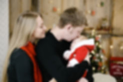 Трепетное отношение папы к своему новорожденному всегда подкупает зрителя.