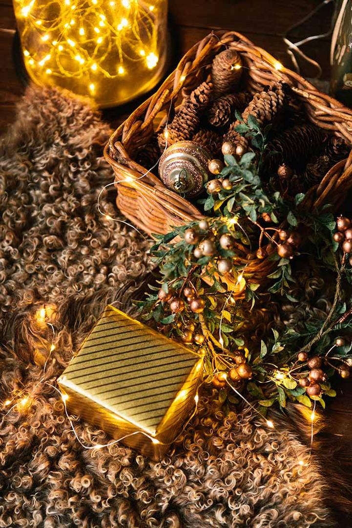 В новогодней зоне с большой ёлкой используется мягкий коврик из шерсти ангорской козы. Он создает атмосферу уюта и тепла.