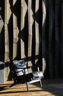 Фактурные деревянные фоны меняют свой внешний вид в разную погоду, создавая разнообразный фон для снимком, однако этим процессом можно управлять используя осветительное оборудование.