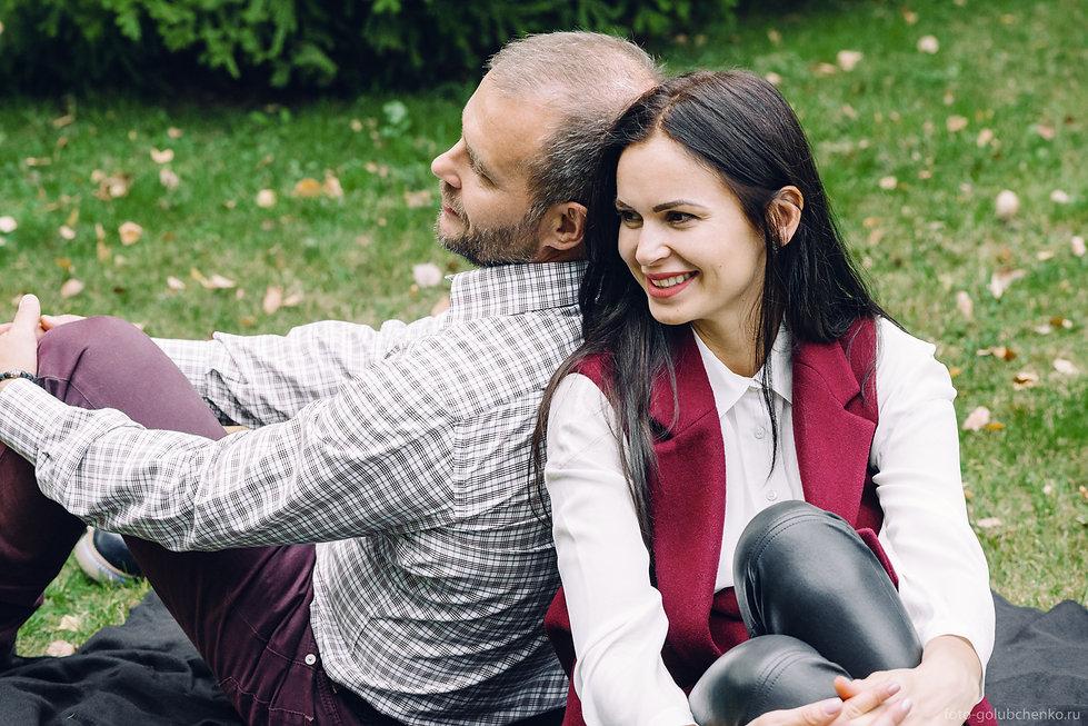 Фотосессия Love Story среди опавшей листвы. Уют и тепло счастливой совместной жизни. Иногда просто хочется посидеть рядом прислонившись спиной к своей второй половинке.