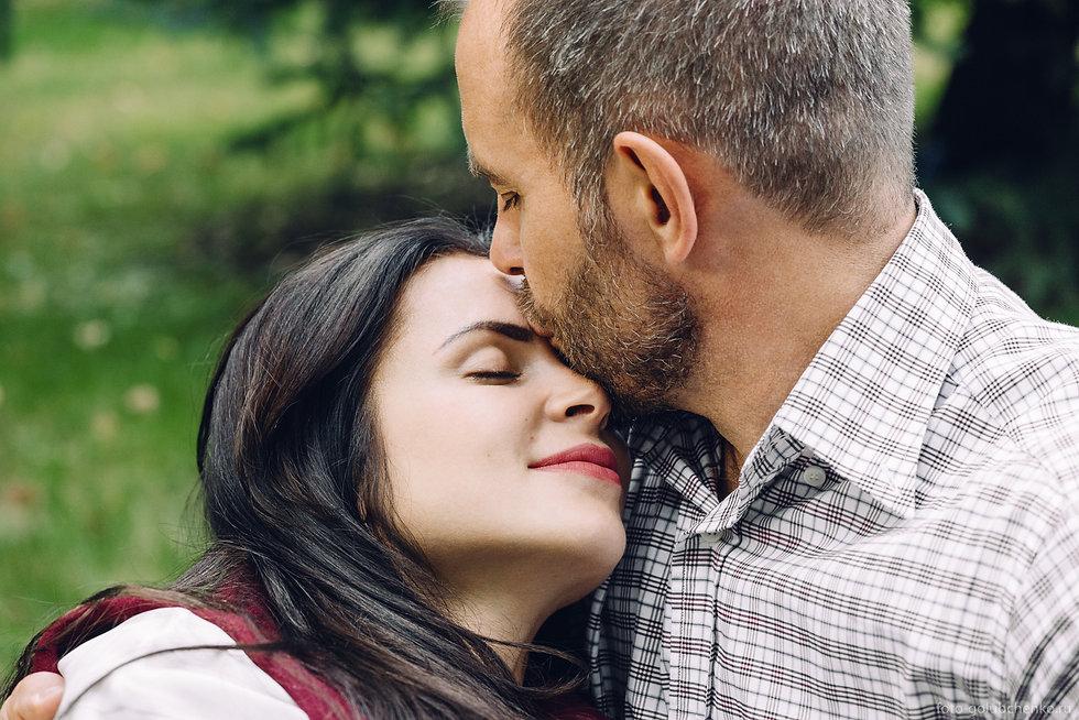 Нежные поцелуи никогда не покидают по настоящему любящих друг друга людей. Молодая женщина прикрыв глаза наслаждается теплотой и вниманием своего мужа.