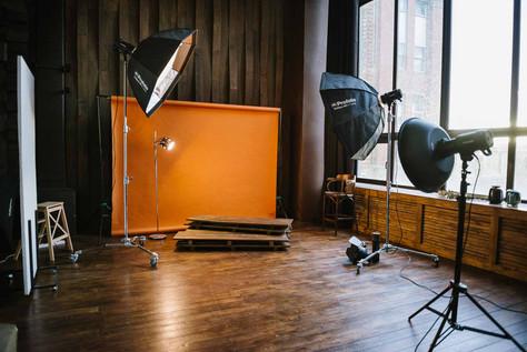 В студии можно арендовать бумажные фоны, которые устанавливаются на стойки и легко перемещаются по залу в удобное для Вас место.