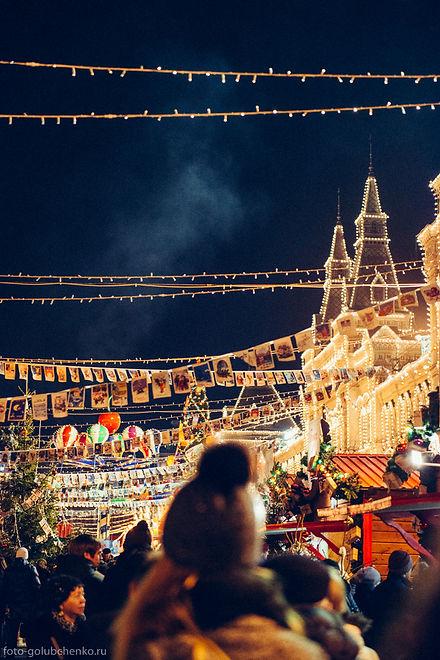 Праздничное гулянье на Красной площади. Легкий клубящийся дымок, зависший в воздухе, - это пар от самовара и сдобных пирожков.