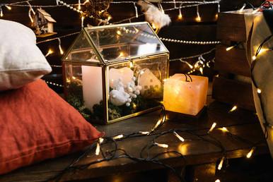 Стекляныый домик со свечками в данной композиции напоминает нам, что Новый год - это семейный праздник у домашнего очага.