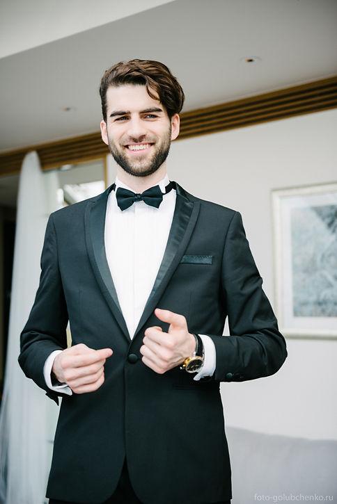 У мужчины хорошее настроение перед свадебным торжеством.
