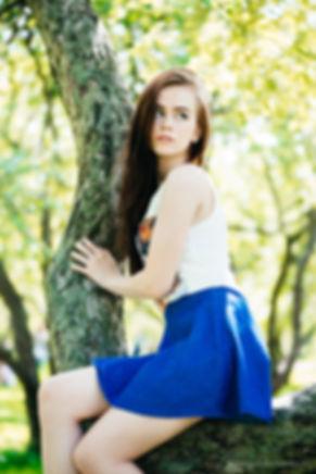 5.Грациозный портрет молодой девушки сидящей на дереве. В осанке девушки можно прочесть что-то дикое, первобытное и интригующее.