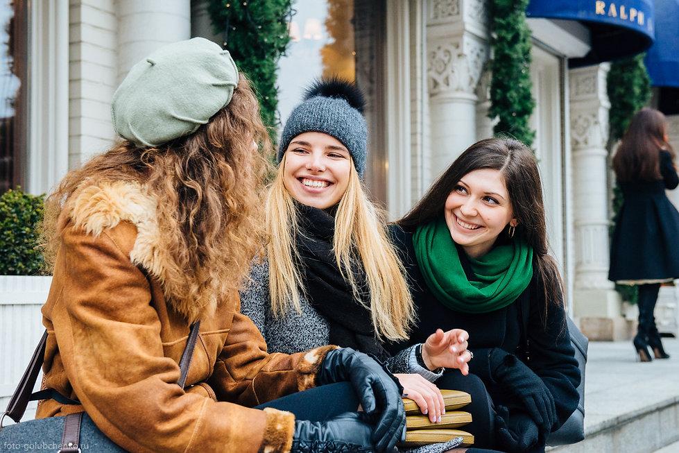 Прекрасные открытые лица девушек, естественные эмоции, фотография подкупает своей искренностью.