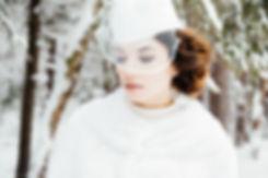 Опущенные глаза невесты прикрыла белоснежная вуаль. Тишина леса создает задумчивое настроение.
