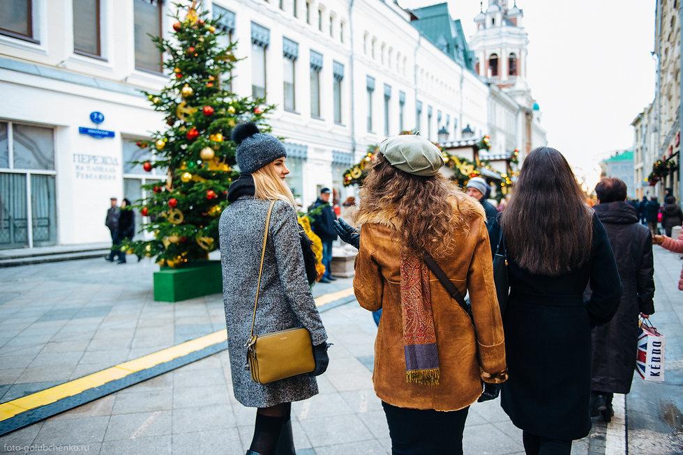 Репортажная фотосессия прогулки трех подруг по предновогодней улице города.