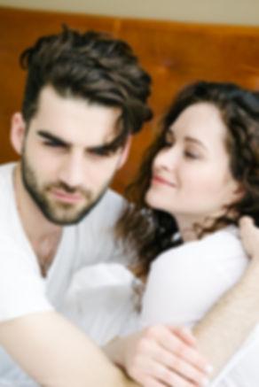 В объятьях любимого человека она чувствует себя защищенной. Радостные минуты, когда можно побыть рядом.
