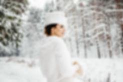 Невеста в зимнем свадебном платье. Она смотрит на своего возлюбленного и рада, что теперь они всегда будут вместе.
