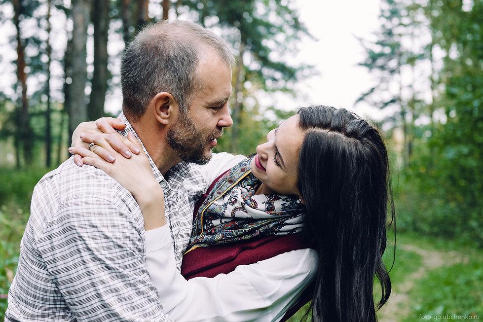 Прогулка Love story в Подмосковном лесу. Важно запечатлеть счастливые моменты совместной жизни. На лесной тропинке девушка заигрывает со своим любимым.