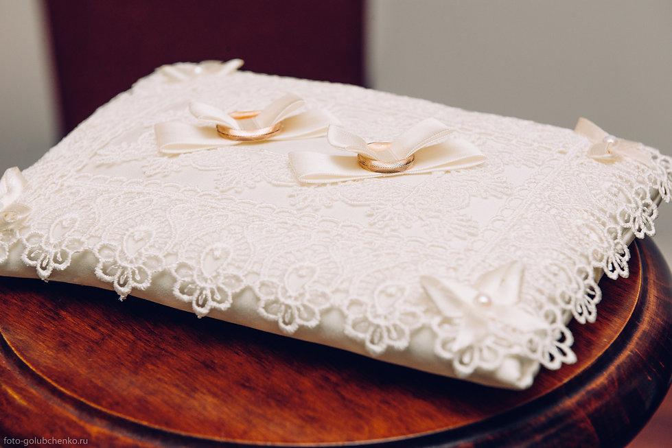 Обручальные кольца на подушечке для колец. Элегантный аксессуар для церемонии бракосочетания.