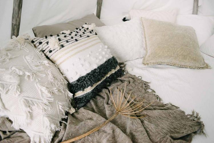 Большое количество стильных подушек делает обстановку в зале по домашнему уютной.