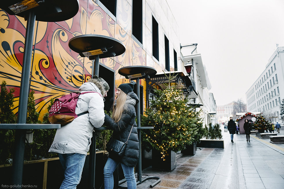 Красиво наряженная столица -  идеальное место для того, чтобы подарить новогоднюю фотосессию любимому человеку.