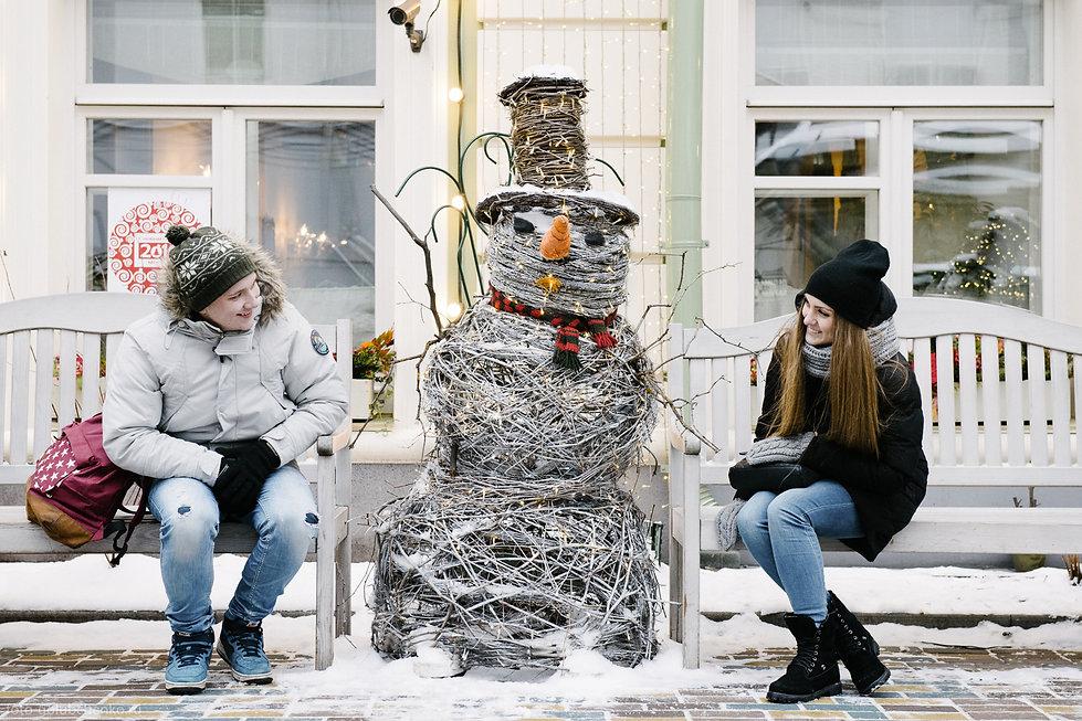 Фотография наполнена молодостью и свежестью. Красивая инсталяция на улице может стать великолепной декорацией для фотосъемки.