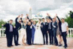 Общая фотография с гостями. Раскованные и веселые друзья делают торжественный день более динамичным и насыщенным эмоциями.