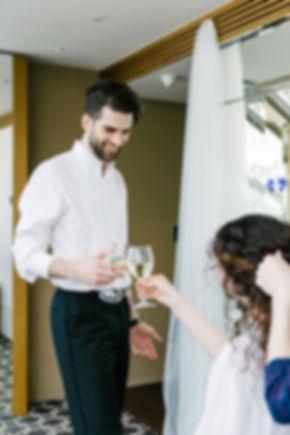 Веселые сборы невесты с бокалом шампанского.