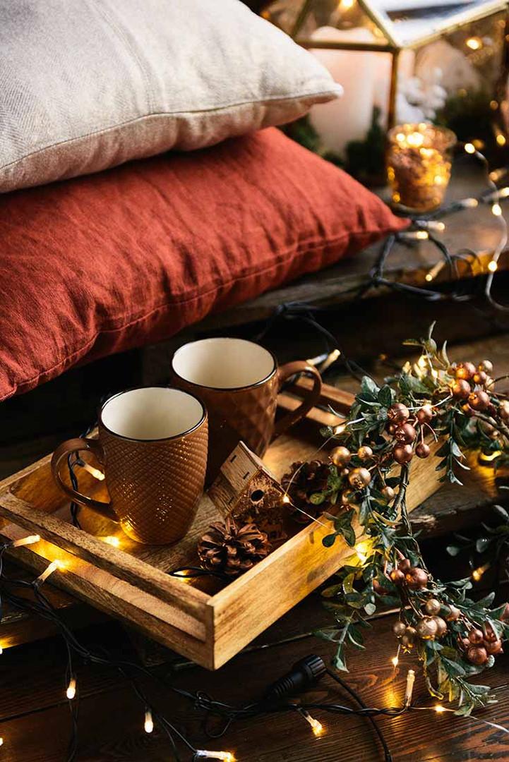 Мягкие подушки можно использовать по своему усмотрению, дополняя новогоднюю зону.