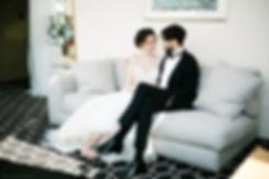 Пара сидит на кушетке. Они очень хорошо выглядят рядом друг с другом.