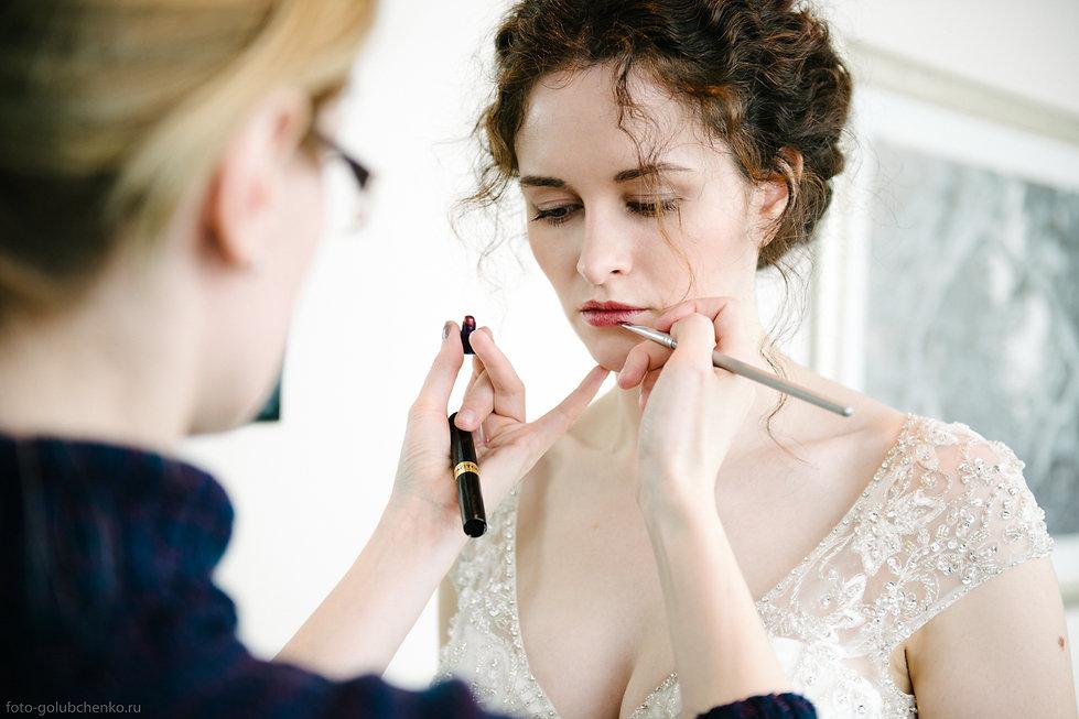 Завершающие штрихи макияжа создают образ богини.