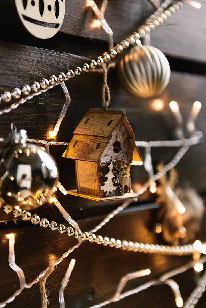 Деревянные новогодние композиции с деревянными ёлочными игрушками очень стильно и уютно выглядят дополняя эко стиль зала.