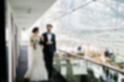 Прогулка по коридору отеля. Изогнутая прозрачная крыша, через которую просвечивается пространственно - стержневая конструкция, добавляет снимку больше деталей.