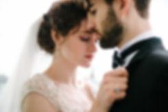 Красивый взгляд через плечо суженного – необычный и эффектный ракурс.