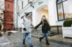 Фотосессия лав стори в городе подготовленном к встрече нового года. Веселое путешествие по небольшим улочкам столицы.