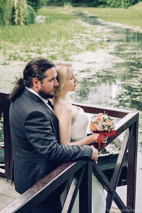 Фотосессия у тихого пруда придает фотографии настроение спокойствия и размеренного счастья.