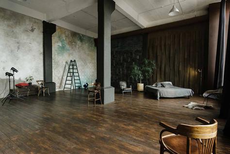 """Большой зал """"Темный"""" в фотостудии Prisma Studio.  В зале всегда находится отимальное количество реквизита, который не загромождает зал, и который легко перемещать освобождая зоны для фотосессии"""