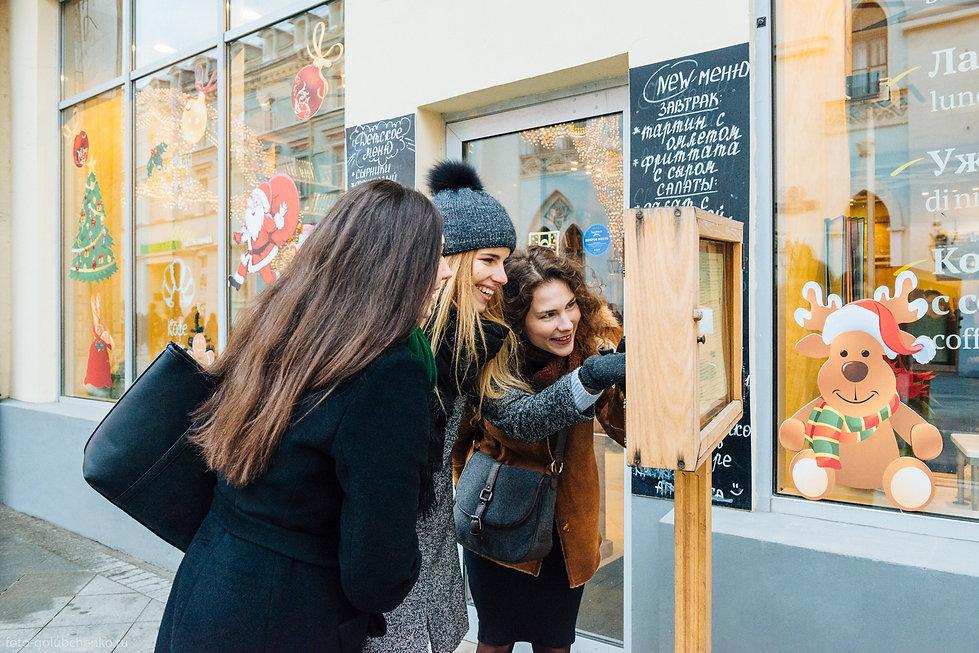 Выход в город обязывает рассмотреть все: мода, люди, цены.