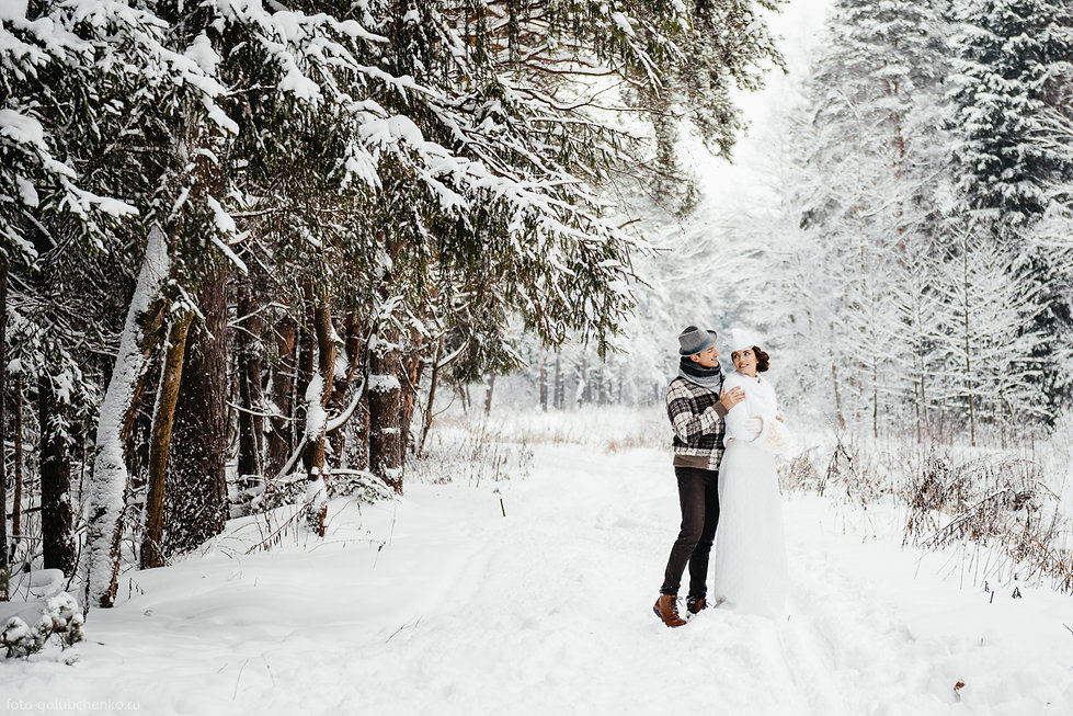 Предсвадебная фотосъемка в заснеженном парке. Морозное утро бодрит и поднимает настроение.