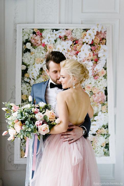 Элегантная влюбленная пара на фоне нежного цветочного пано. Стилистические решение оформления торжества - современная классика.
