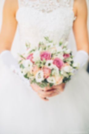 Нежный букет из роз. Утонченность и изысканность букета подчеркивает хорошую фигуру и грацию девушки.