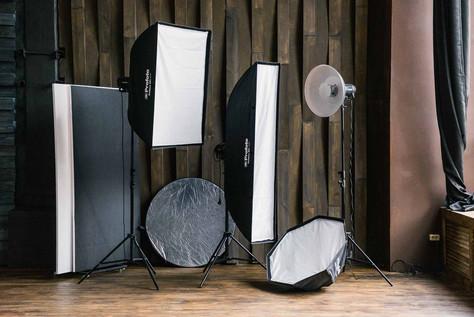 """В фотостудии Prisma Studio в наличии оборудование Profoto, с большим количеством светоформирующих насадок на выбор. В зале """"Тёмный"""" в стоимость аренды входят три источника импульсного света."""