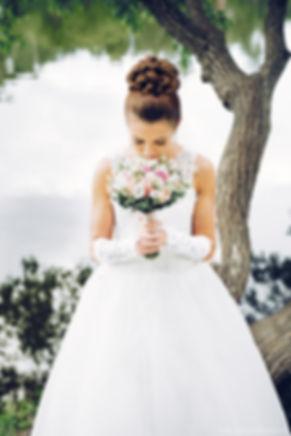 Изящный портрет молодой девушки с цветами. Гармоничное сочетания переднего и заднего плана.