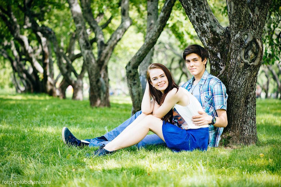 7.Солнечная фотография молодой пары в яблочной аллее. Яркая одежда молодых людей, на фоне зелено - коричневых тонов природы, обогащает колористическое насыщение кадра.
