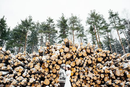 Свадебная фотосъемка в зимнем лесу. Прогулка ранним морозным утром среди заснеженных деревьев. Нежные прикасания новобрачных игры и веселая пробежка наполнили фотосессию чувственностью и задором. Хорошо подобранная одежда гармонично сочеталась с природой.