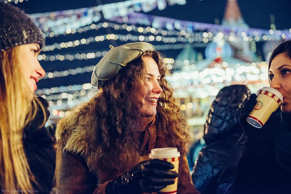 Морозный вечер всегда могут согреть горячий напиток и дружеская беседа.
