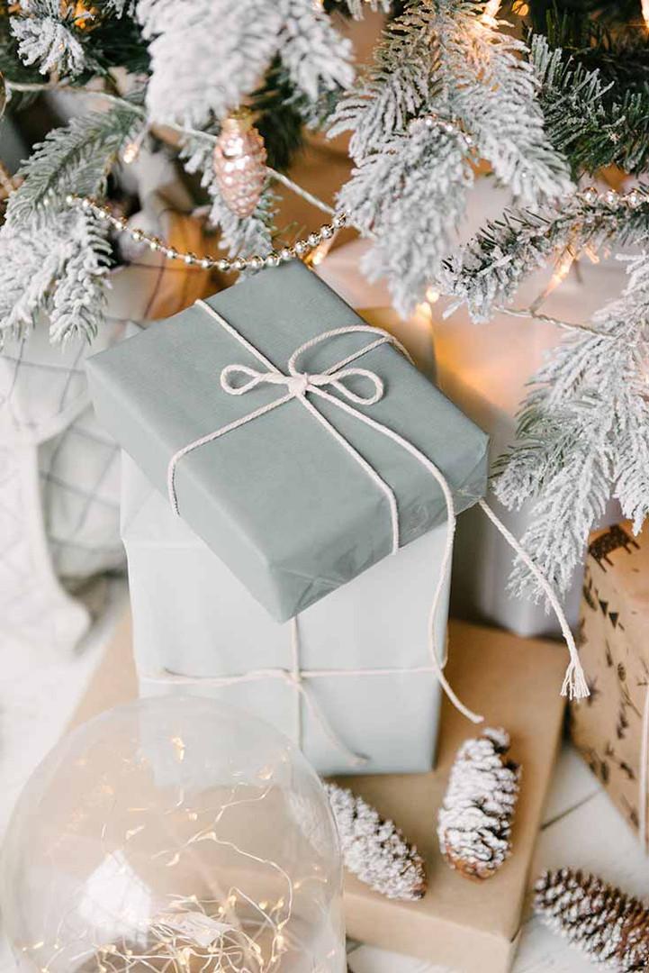 Много подарков под ёлкой будет отличным фоном для ваших фотографий. Среди них Вы можете положить свои подарки, а потом подарить своим любимым.