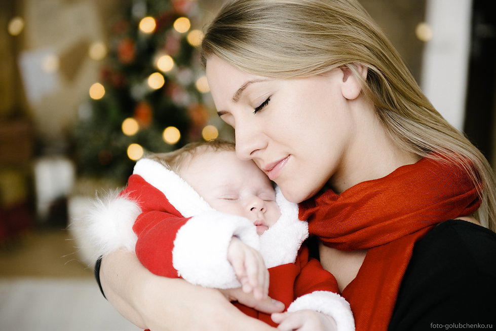 Ласковое прикосновение молодой женщины к своей крохе. Даже во сне он ощущает тепло и нежность той, которая его родила.