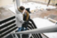 Репортажная фотосессия прогулки влюбленной пары в городе.