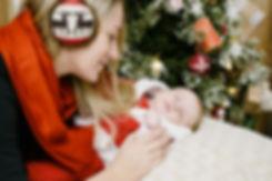 Милые моменты, когда можно наслаждаться рассматривая своего младенца. Прекрасная праздничная фотосессия будет подарком для семьи.