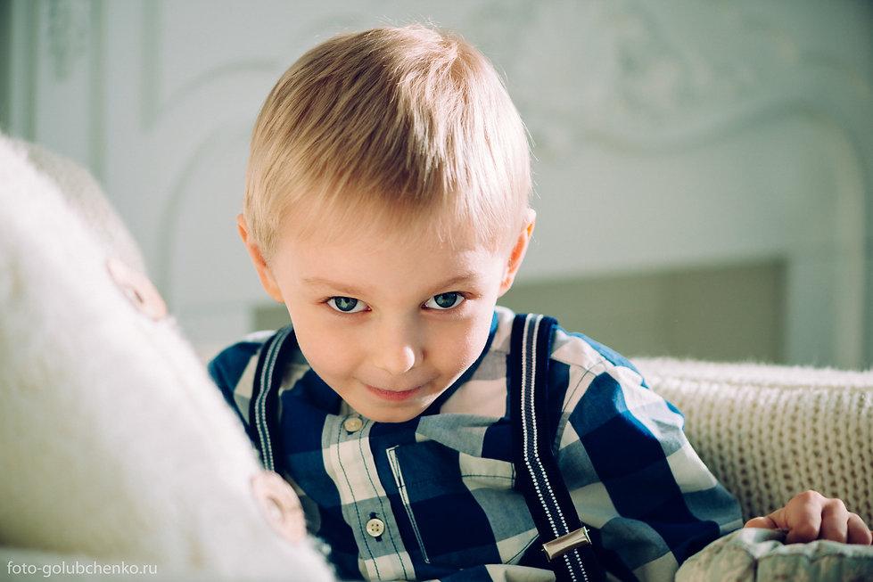 Озорной мальчишка в кадре, запоминающиеся фото для его родителей – это результат профессиональной работы фотографа со своей моделью.