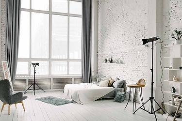 Аренда фотостудии с кроватью. Нежные пастельные тона отделки и большое количество естественного света сделают Ваши кадры максимально воздушными.