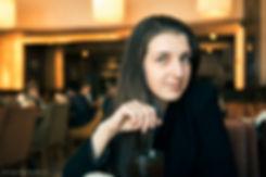 Теплый свет и таинственный коричневый фон усиливают эмоциональное впечатление от загадочного взгляда девушки.